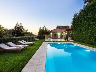 Epimenidis House/2 bedroom villa in a quiet location with heated pool