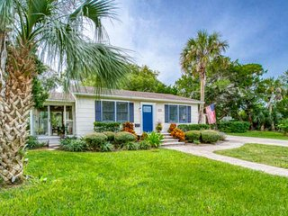 Cottage w/Fantastic Location!! - .5 mi. to Downtown, 1.6 mi. to the Beach, Great