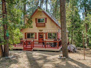 Dog-friendly cabin w/ a spacious, enclosed deck, firepit, & free WiFi!