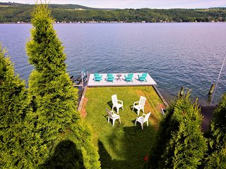 Newly-renovated & beautifully decorated home w/ private waterfront