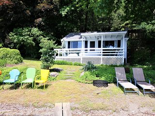 Quaint & secluded lakefront cottage w/ a full kitchen & furnished deck