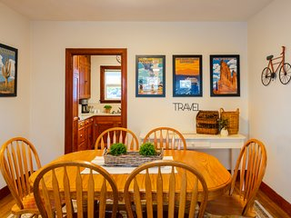 Bright Classic Apartment Just Steps to Downtown