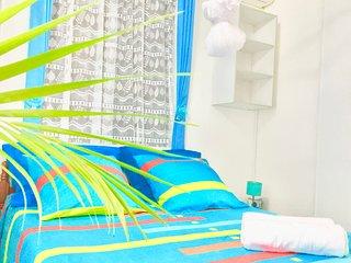 Confortable logement, bien equipe a cote des centres de plongee et bains.