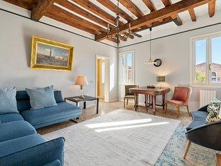 Spacious Venetian style apartment with free wifi & full kitchen!
