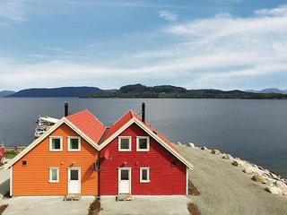 Awesome home in Sjernarøy w/ WiFi and 4 Bedrooms (N16268)