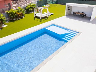 Independent villa with an immense heated pool!