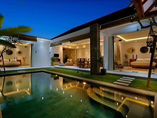 SPECIAL PROMO -40%, Trendy Private Villa, 2 BR, Seminyak Center w/ staff