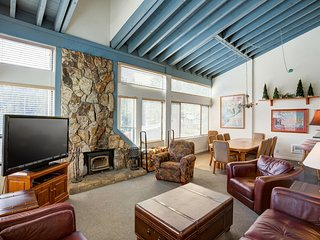 Large Upgraded 4 Bedroom Condo in Mammoth with Pool and Mountain View! (Unit