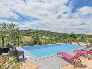 Awesome home in La Chap. sous Aubenas w/ WiFi, Outdoor swimming pool and 6 Bedro