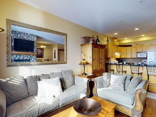 Charming duplex w/ private hot tub, ski-in/out access, near village!