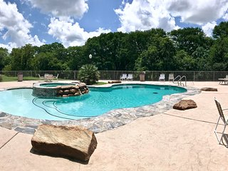 River Haus- 2BDR/2BTH- Sleeps 7- Poolside!
