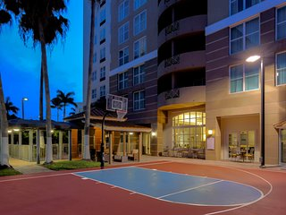 Equipped Studio with Pool + Basketball Court Access | Free Airport Shuttle