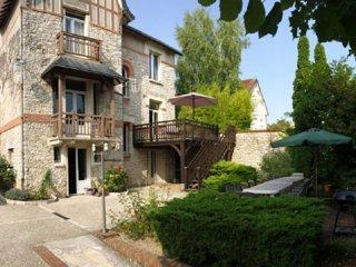Grande maison de bourg avec piscine proche des Châteaux, des commerces au calme