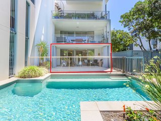 A Deluxe Swim Up - Drift Apartments South