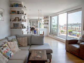Beautiful, light & quiet flat in the heart of London with incredible city views!