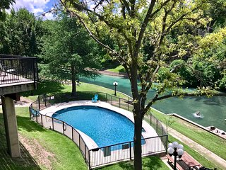 Comal Escape- 2/2 Condo at Inverness! On the Comal, Across from Schlitterbahn!!