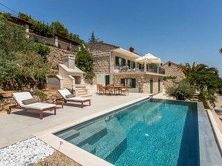Villa Platinum Sumartin – Beachfront family villa with infinity pool, Brac