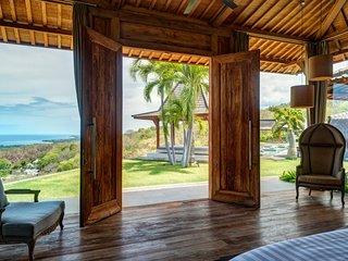 SPECIAL PROMO -40%, Palatial Wooden Villa, 4 BR, Lovina w/ staff