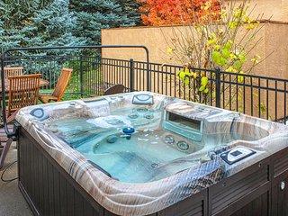 Golf course-adjacent home w/ amazing decor - private hot tub & patio!