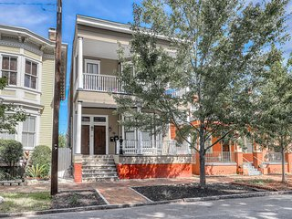 Elegantly renovated 19th century home w/ porches - steps to Forsyth Park!