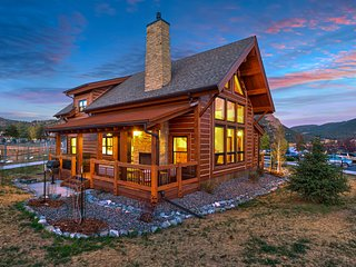 Rocky Mountain Getaway- Indoor/Outdoor fireplace, Jacuzzi, Close to Downtown