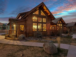 Cozy & Contemporary-Indoor/Outdoor Fireplace, Steps to Lake Estes, Jacuzzi, Clos