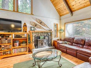 Charming rural cabin w/shared pool, lake access - Close to ski resorts!