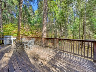 Charming rural cabin w/shared pool, lake access - Close to ski resorts!