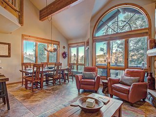 FREE SkyCard Activities - 4-Level Townhome, Walk To Ski Lifts, Private Hot Tub
