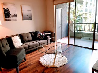 ID 211 - Live the City Life in a 2BR Suite in Santa Monica
