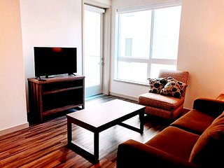 G12 641 - Lovely Home away from Home 1BR Suite with Den in Downtown