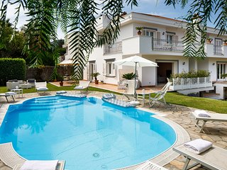 4 bedroom Villa with Pool, Air Con, WiFi and Walk to Shops - 5816931