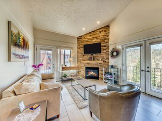 Lovely condo w/ shared pool/hot tub/sauna/clubhouse - close to ski