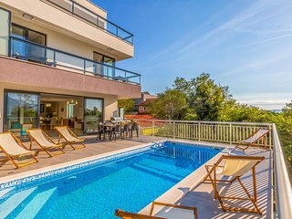 Stunning home in Brela w/ Outdoor swimming pool and 4 Bedrooms (CDC375)