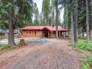 Cozy cabin w/ firepit & 2 fireplaces, one block from Payette Lake!