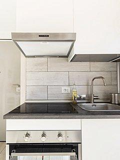 Particolare della cucina con forno e piastra a induzione