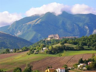 Mansarda Viti: uno sguardo sul Castello di Frontone e sul monte Catria.