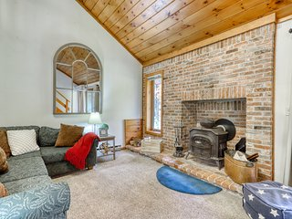 Wonderful dog-friendly home w/foosball table & patio - close to ski slopes!