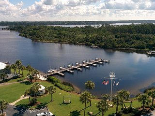 Waterfront condo in a gated resort w/ shared pool, sauna, beach & lake access