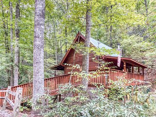 Dog-friendly, two-level home w/ private hot tub - perfect for a couple's retreat