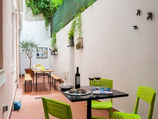 Family friendly 4BR Apt w/ large patio, in Alfama