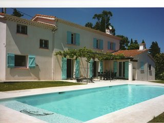 House in Antibes. Air-conditioned, pool, 100m from beach La Salis