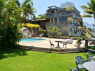 Clássica e belíssima mansão debruçada sobre o mar #496