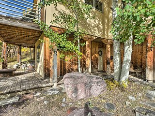 Snowmass Couple's Getaway w/ Mtn Views & Deck