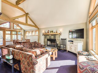Sunny, warm house w/shared pool, private hot tub & stunning deck - SHARC passes!