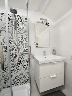 Primo piano della doccia, nel bagno c'è tutto il necessario per la cura della persona.