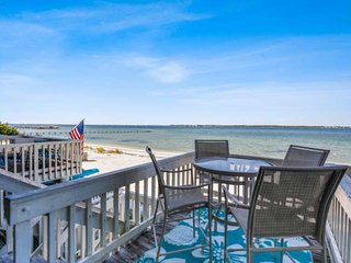 Boardwalk Waterfront Condo-Private Beach on Sound-Community Pool-Internet / WiFi