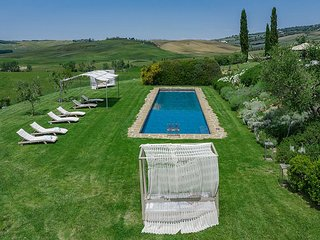 Pienza Villa Sleeps 12 with Pool Air Con and WiFi