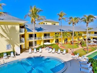 Group Getaway On The Beach! 2 Separate Suites for up to 12! Pool & Free Parking