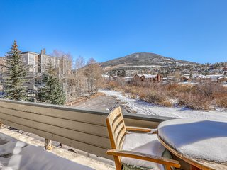 Modern, multi-level condo w/shared hot tub and private balcony w/amazing views